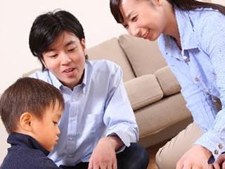 両親の愛情をいっぱい受けて育つ男児