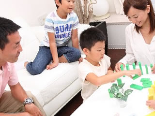 元気な子供と仲の良い両親に囲まれた良い家庭環境