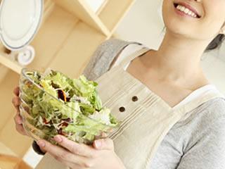 自然治癒のためにサラダを食べる主婦