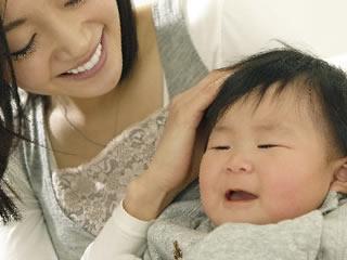 子供のために献身的にお世話する女性