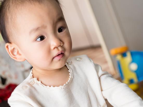 髪の話題を出されて立ち上がる赤ちゃん
