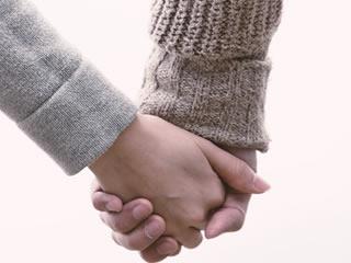 手を繋ぐ夫婦別姓の夫婦