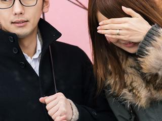 すまし顔の夫と何故か顔を隠す妻