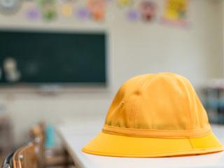 幼稚園の机に置かれた制帽