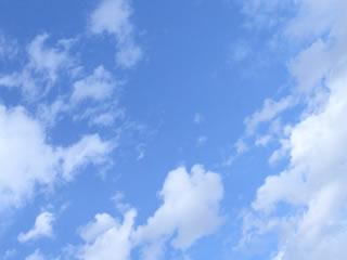 澄み渡る青空と雲