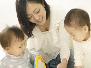 赤ちゃん2人と遊ぶ母親