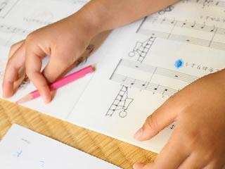 音符を覚えるピアノ好きの子供