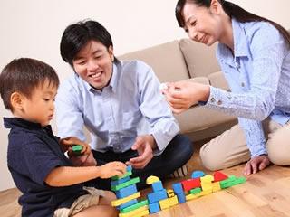 子供とブロック遊びをする両親