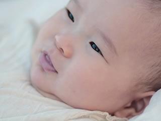 渋い表情で空を見上げる赤ちゃん