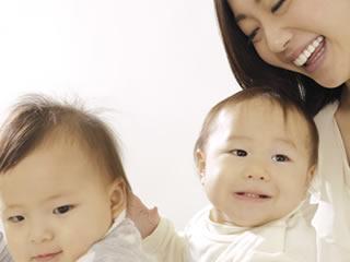 2人の子供を育てる頑張りやの母親
