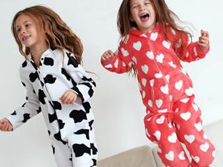 布団の上ではしゃぐ撥水パジャマの子どもたち