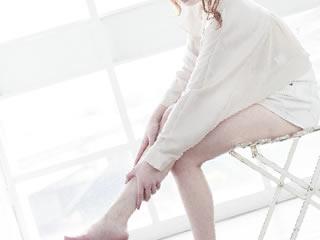 風呂上がりに足をマッサージする女性