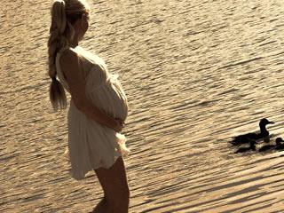 海岸沿いを散歩する妊婦さん