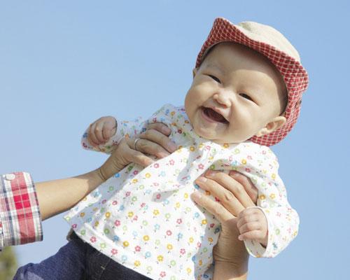 帽子を被った赤ちゃんの笑顔