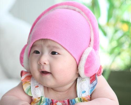 ピンクの帽子を被った赤ちゃん
