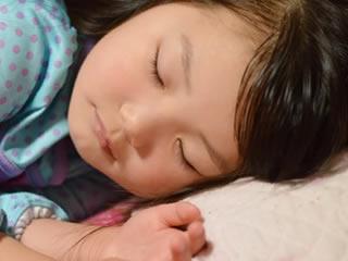 成長痛に悩む睡眠中の子供