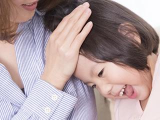 母親に撫でられ喜ぶ子供