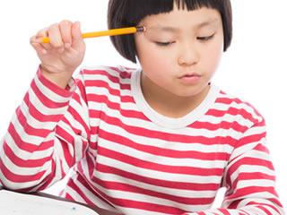 お小遣い帳の書き方に悩む小学生