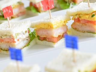子供が喜ぶ旗がついたサンドイッチ