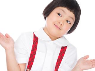 箸の持ち方を教える小学生