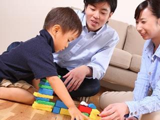 箸の練習合間に家族で遊ぶ風景