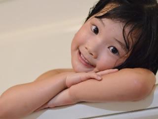お風呂で乾燥肌対策をする子供