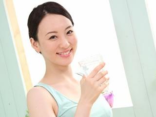 乾燥肌対策で水分補給する女性