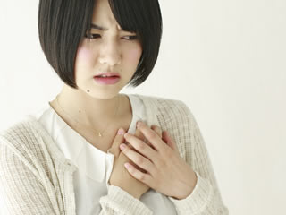 乳腺炎に悩まされる母親