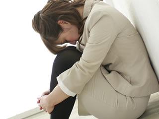 乳腺炎の痛みに耐える育児中の母親