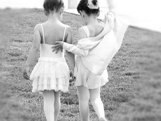バレエの衣装で歩く女の子