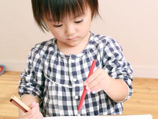 絵画教室で色鉛筆を持つ子供
