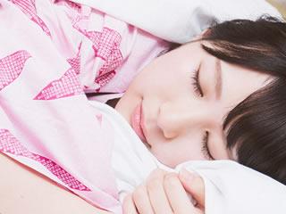 子育てで疲れて眠る母親