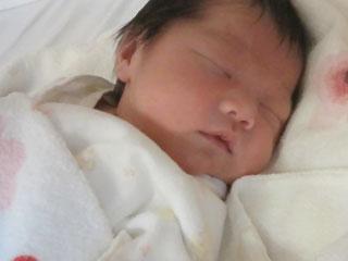 タオル枕で寝る赤ちゃん