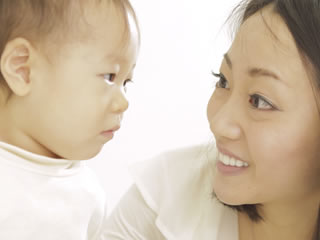 赤ちゃんにカレーを食べて良いか聞く母親