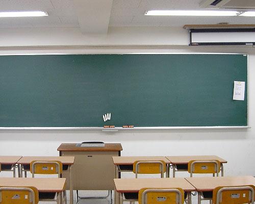 小学校教室の黒板と机