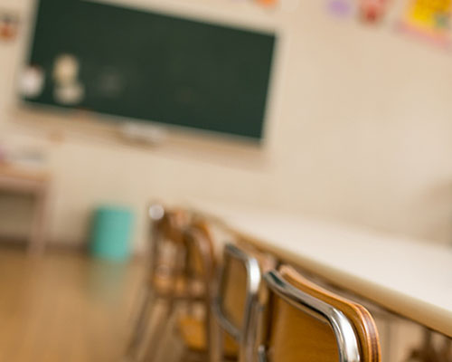 幼稚園の教室の黒板と机