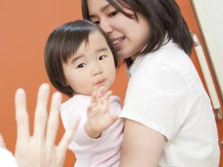 母親の友達に別れの挨拶をする赤ちゃん