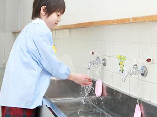 手を洗う園児