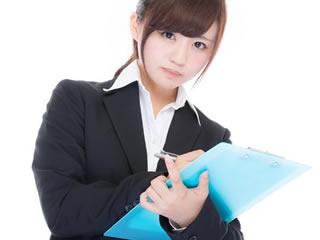 マイナンバー制度のスケジュールを発表する女性