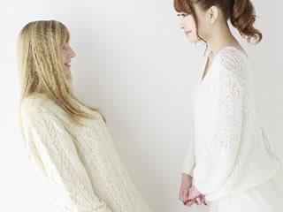 隣の住人と良好な関係を築いている女性