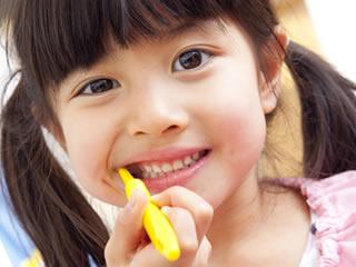 幼稚園のお泊り会で歯磨きをする女の子