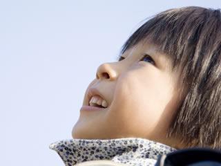 新しい髪型で空を見つける男の子