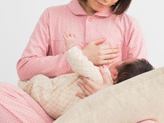 授乳の準備をする母親