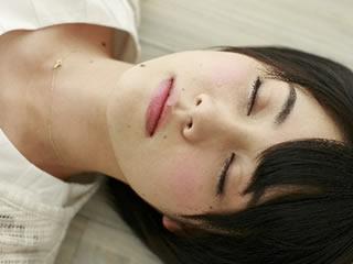 子育てに疲れフローリングで眠る母親
