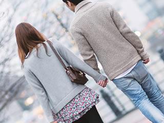 マイナンバーのデメリットについて話しながら歩く夫婦