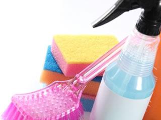 洗剤とスポンジとブラシ