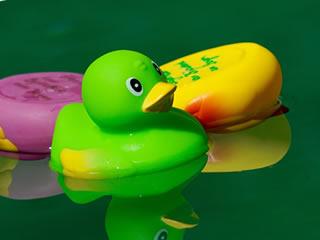 お風呂に浮かぶ緑のアヒル