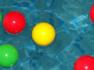 お風呂にいくつも浮かぶカラーボール