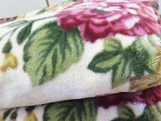 ふかふかに洗濯された花柄の毛布