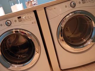 横に並んだコインランドリーの洗濯機